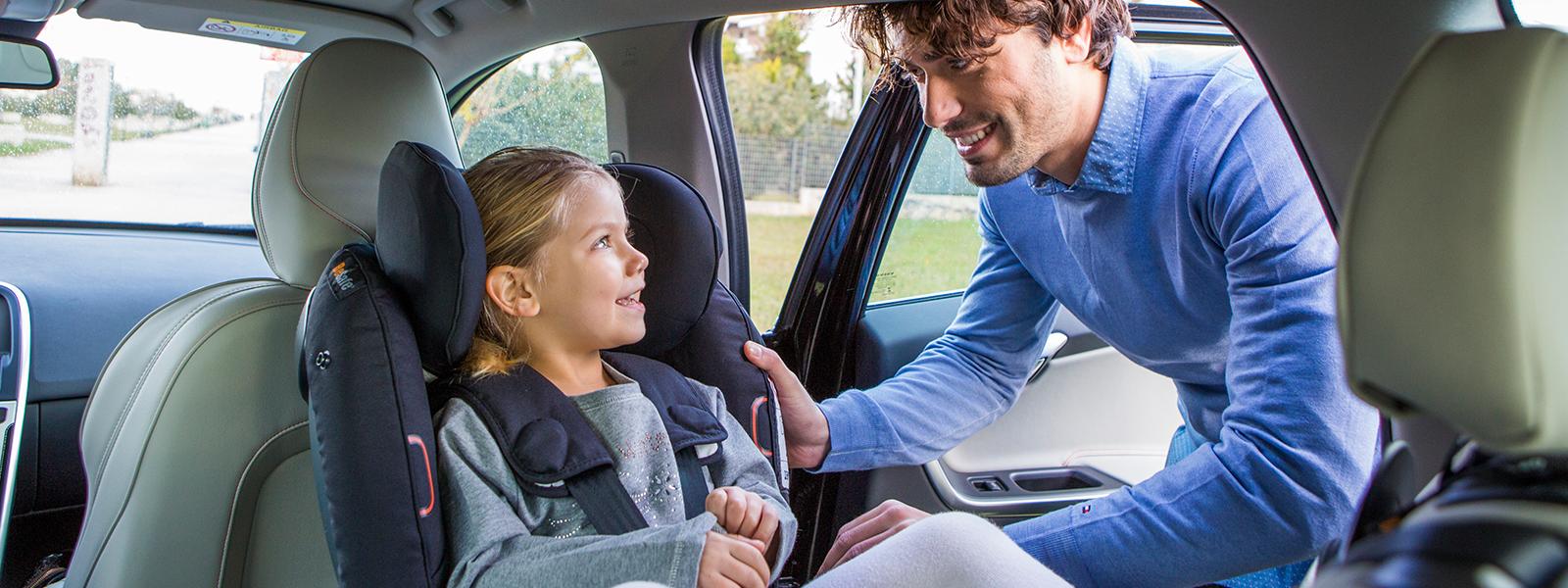 Vi vill läsa era BeSafe recensioner. På bilden ser ni en pappa som spänner fast sin dotter i sin BeSafe bilbarnstol i bilen.